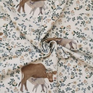 Fondo beige. Vaca y ternero. El ternero está mamando. Pequeñas floes rosas y azules. Hojas verdes