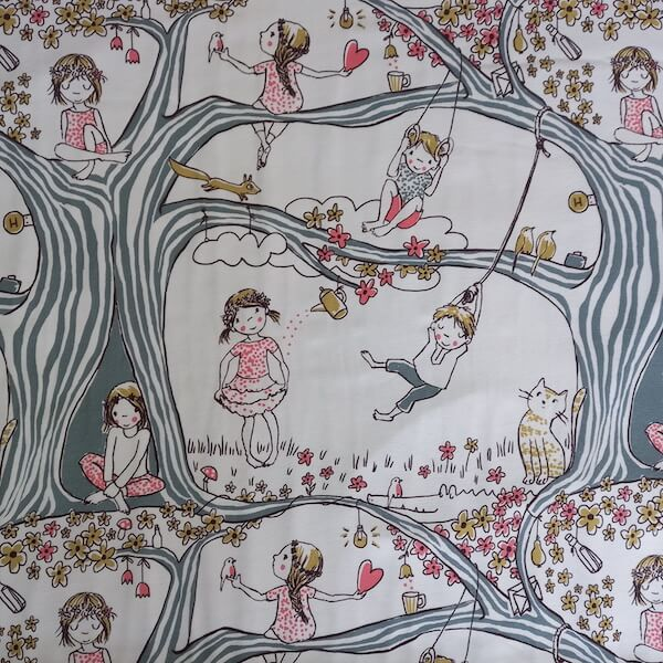 tela estampada con ilustraciones de peques jugando en los arboles, en colores blanco gris rosa mostaza