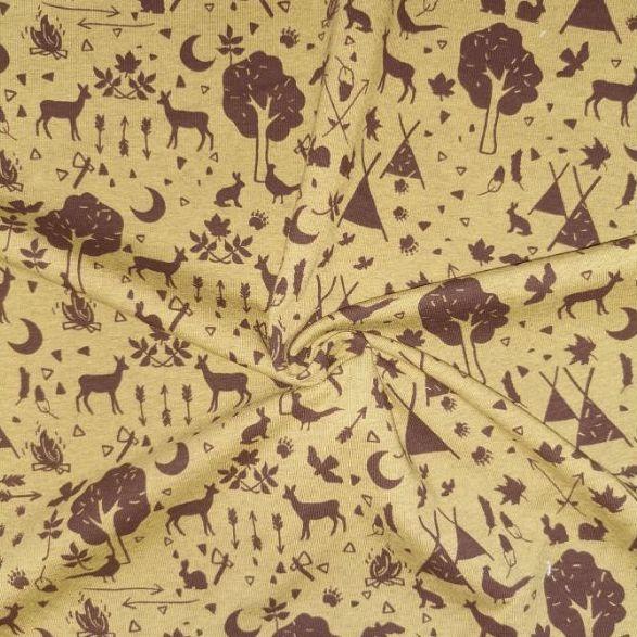 Escena de acampada, con tiendas de campaña, ciervos, árboles y otros motivos de la naturaleza. Fondo mostaza y dibujos en marrón