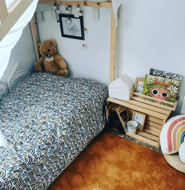 manta arcoíris handmade de chvmarket en cama montessori de dormitorio infantil tela TXC-80400-413