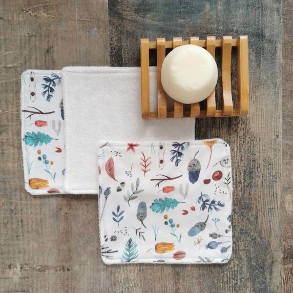 toallitas handmade sostenibles chvmarket, al lado de una jabonera de bambú con una pastilla de jabón
