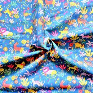 Fondo azul. Dibujos de animales de la selva rodeados de plantas. Tonos: rosa, verde, azul, amarillo, naranja