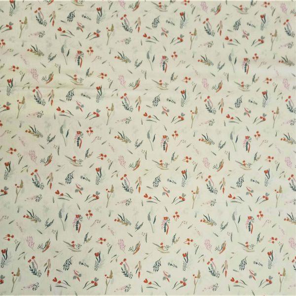 Fondo blanco con estampado de hojas y flores en múltiples colores: verde, naranja, gris
