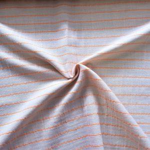 hilo tejido horizontalmente en color naranja flúor para dar un contraste de color único y veraniego.