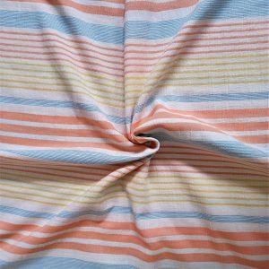 rayas en tonos naranja, azul y amarillo sobre fondo blanco