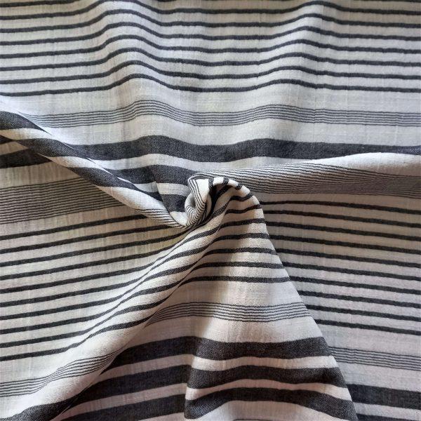 rayas en tonos negro y grises sobre fondo blanco