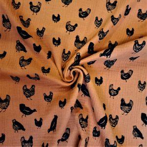 estampado de gallinas sobre fondo marrón anaranjado