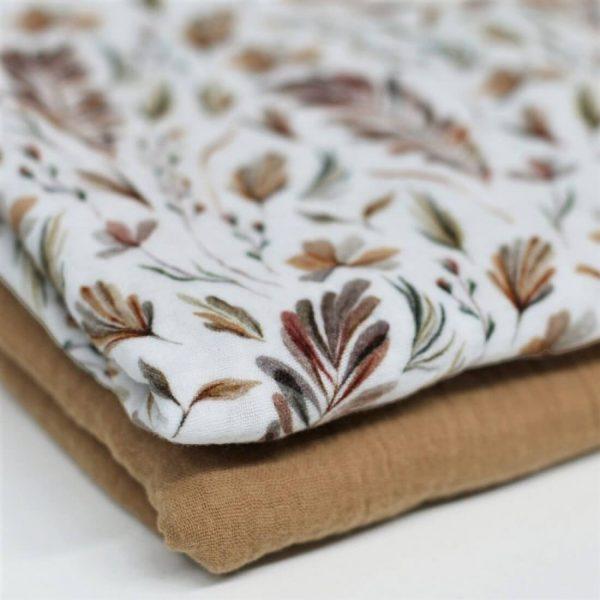 estampado de hojas y plantas en tonos tierra, sobre fondo blanco