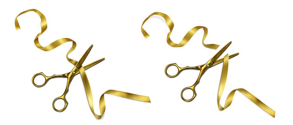tijeras cortando una cinta dorada
