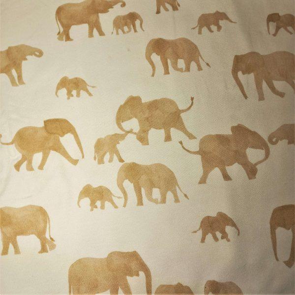 Diseño de elefantes en tonos marrones y fondo rosáceo