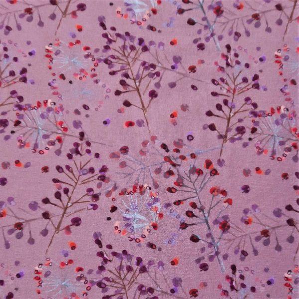 fondo rosa envejecido. Estampado de flores y plantas en tonos púrpura, coral, rojo y lila