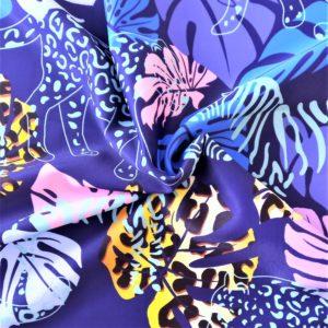 fondo azul. Estampado de hojas de monstera en tonos azules y animal print. Siluetas de animales salvajes
