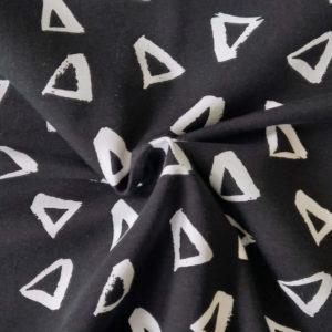 Fondo negro. Estampado de triángulos en blanco